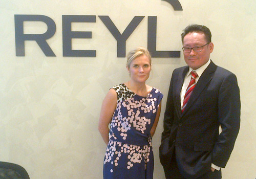 Citywire Global editor Amy Williams greets Reyl Singapore's Daryl Liew during her trip to Asia