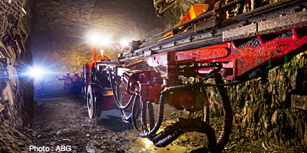 Mining slump weighs on flat FTSE
