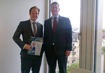 Stefan Sealey tauscht sich mit Tobias Ueffing von Allianz Global Investors aus